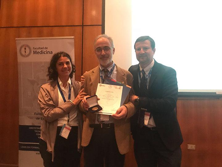 Dr. García-Alix recibiendo un premio por su trayectoria científica y categoría humana