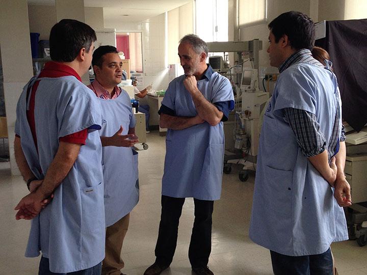 Doctores conversando en la Unidad Neonatal