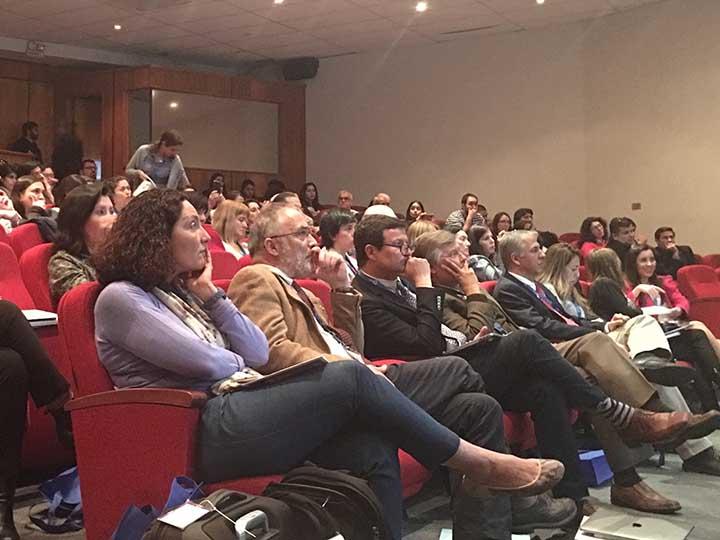 En primera fila los profesores con escucha atenta a las clases