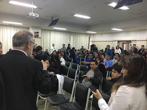 Dr. García-Alix dirigiendose al auditorio