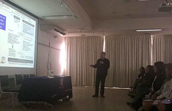 Dr. García-Alix en un ponencia del curso